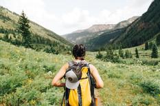 Niña de Senderismo en las montañas