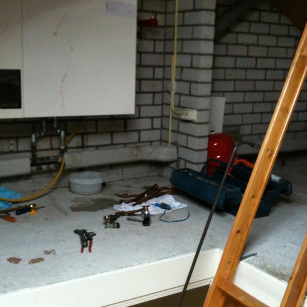 Installatie verwarmingsketel op zolder