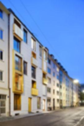 München Linprunstraße Balkonverkleidung und Loggienverkleidung aus Blech in Spenglerarbeit mit Kupfer TECU Gold.