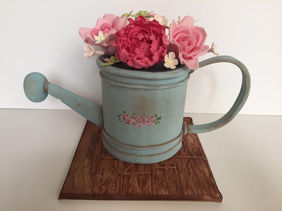 כד עוגה עם פרחים