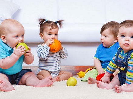 gruppenkurse, babymassage, malkurs, bindung durch berührng, entdeckungsraum, autonomie, bindung, austausch, mutter, vater, eltern, baby, kind, entdecken, beobachten, sein