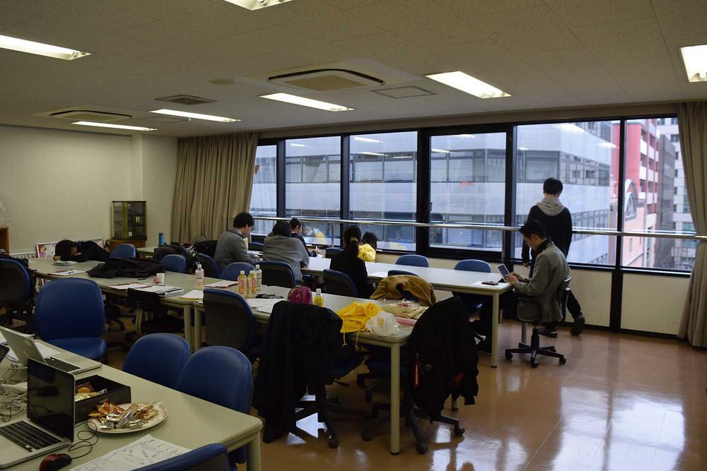 九州デザイナー学院の教室を借りた現場本部