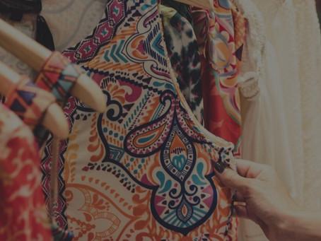 Prendas superiores imprescindibles en el fondo de armario femenino