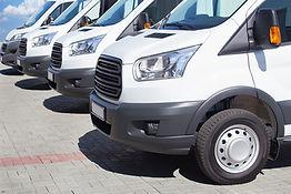 Weiße Kleinbusse