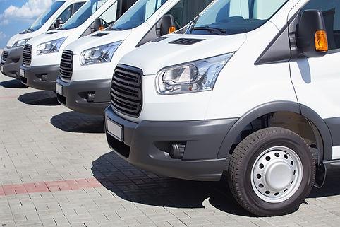 Hvite minibusser