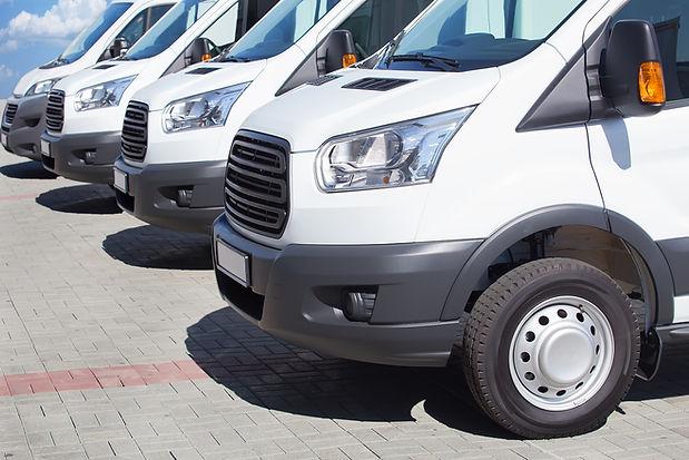Białe minibusy