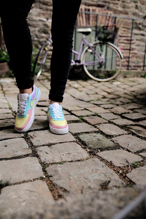 Photo sneakers personnalisées colorées vue de près