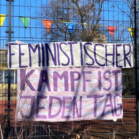 Ein Banner hing direkt am Kanal, wo die ganzen Fußgänger*innen am 8. März spazieren gegangen sind.