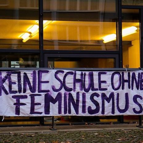 """Das 1. Banner """"Keine Schule ohne Feminismus"""""""