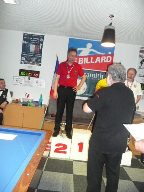Gilbert va remettre le couteau CBM au vice champion Pascal Gérard