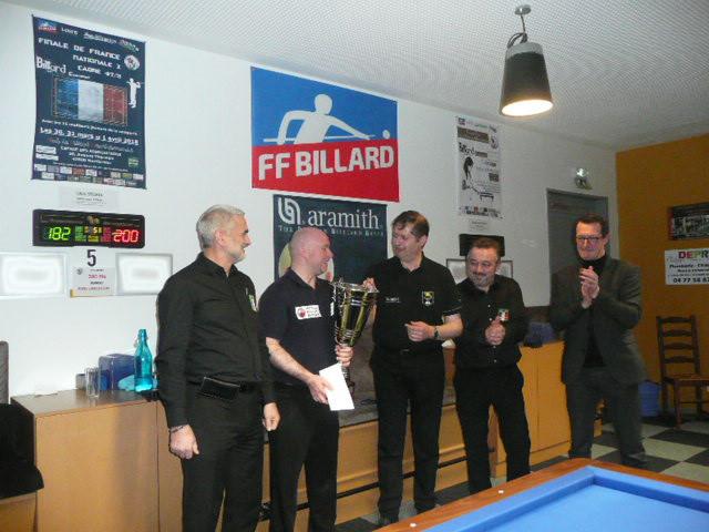Les 2 finalistes entourés des 2 arbitres, avec M.Bonnefoy