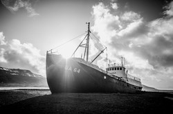 Schiff im Gegenlicht, Island