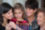 נשעם יהודיות מדליקות נרות חנוכה