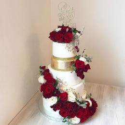 Such an amazing 5 tiered fondant wedding
