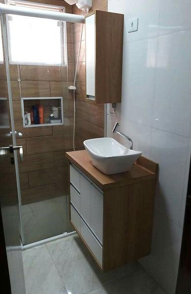 Gabinete com bancada em MDF Branco e madeirado cor itapuã