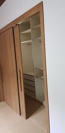 closet interno em mdf branco tx com portas e passagem em mdf freijó ambar raiz