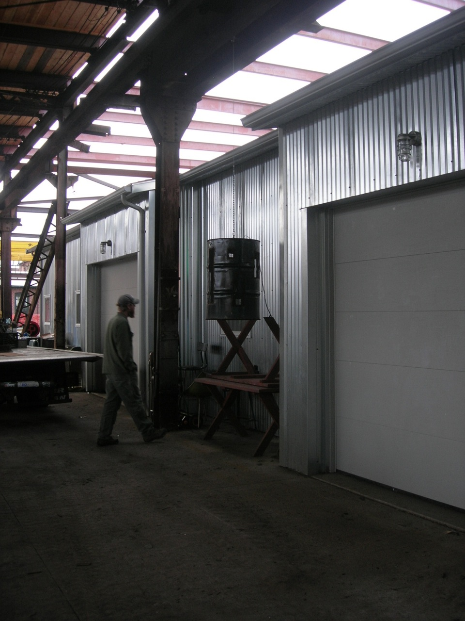 Corrugated metal free span building