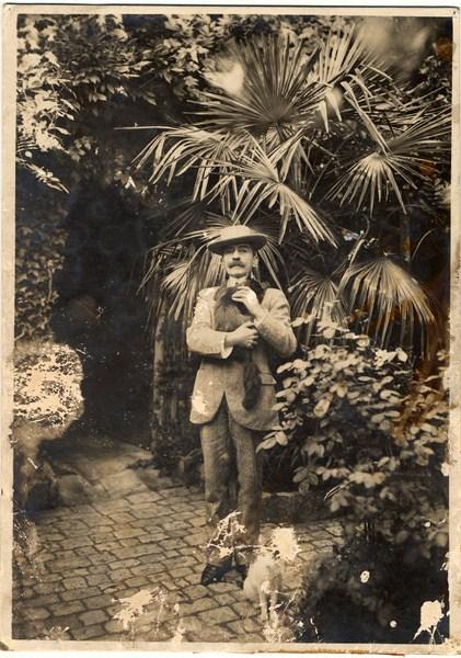 Pierre Loti dans son jardin