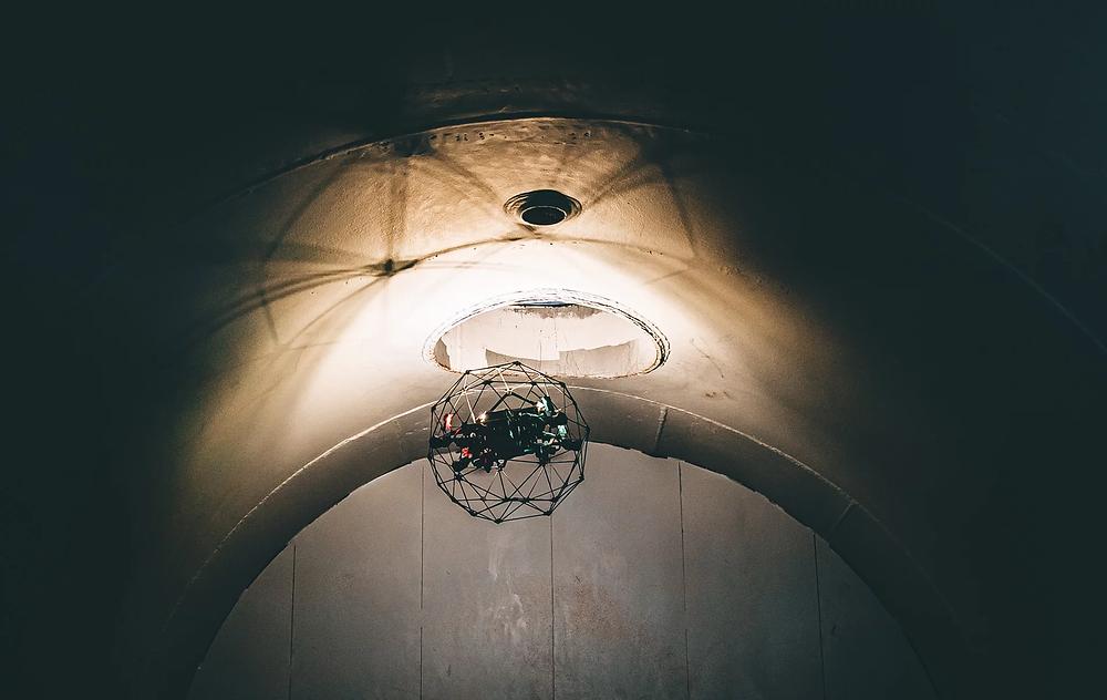 Elios 2 dapat memaksimalkan kemapuan terbang dan inspeksinya pada dua kategori area, indoor maupun confined space