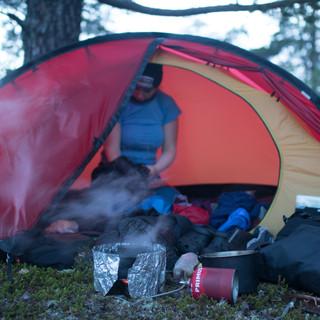 Etter en kald etappe med vind og 9 grader byttes det flittig klær i teltet mens kaffevannet koker.
