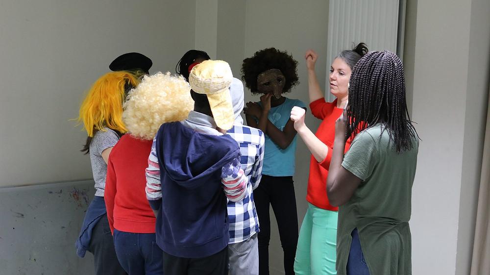 Catherine Richon avec les jeunes de l'association Vagabond Vibes