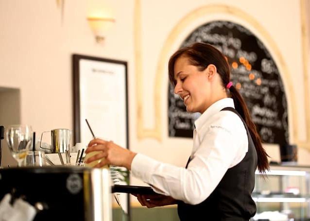 waitress-2376728_640.jpg