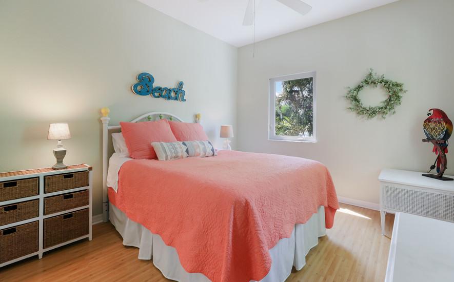 Queen bedroom, private bathroom