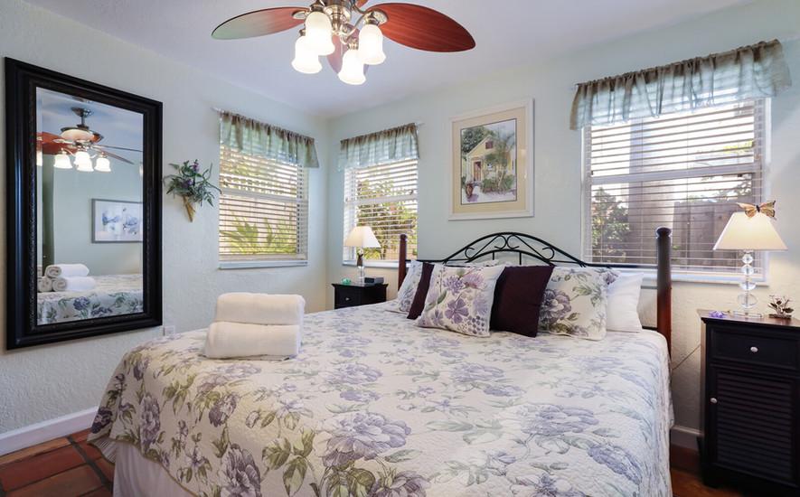 Hibiscus king bedroom