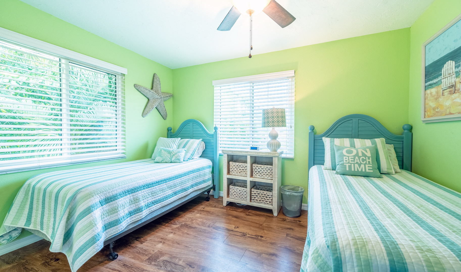 Guestroom with twin beds