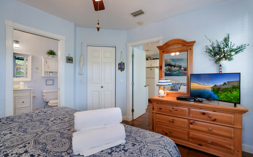 Oleander Villa King bed with cable TV