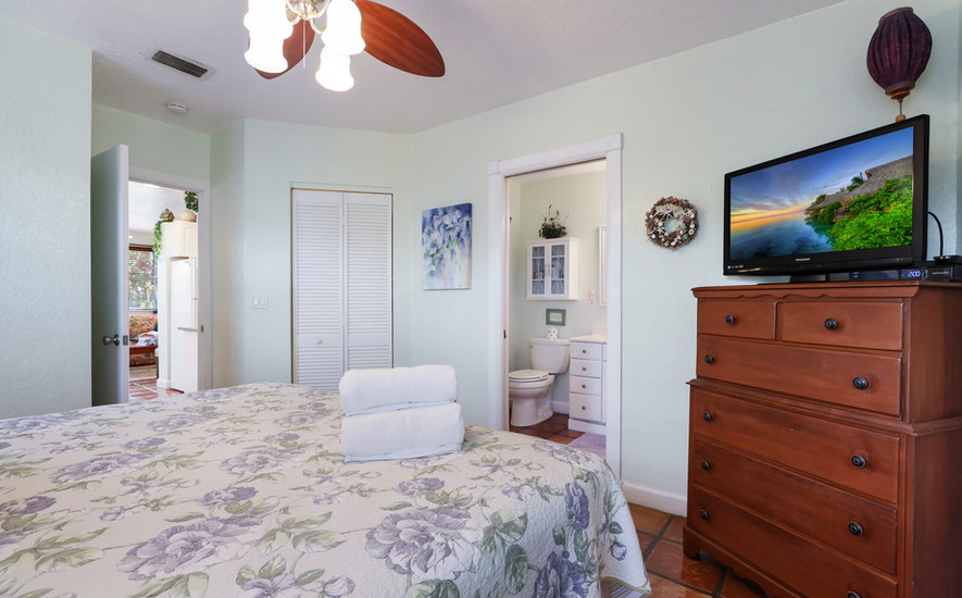 Hibiscus cable TV in bedroom