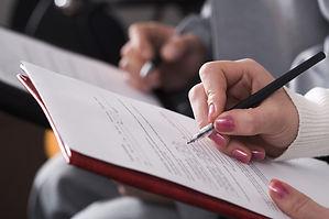 Die Bibelkritik beruht auf einer falschen Grundlage. Frau, Hand, schreiben, Theologiestudium