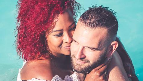 Mariés dans la piscine