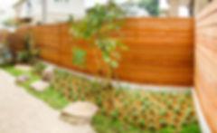 和室前の坪庭は、壁全面を木製フェンスで目隠し