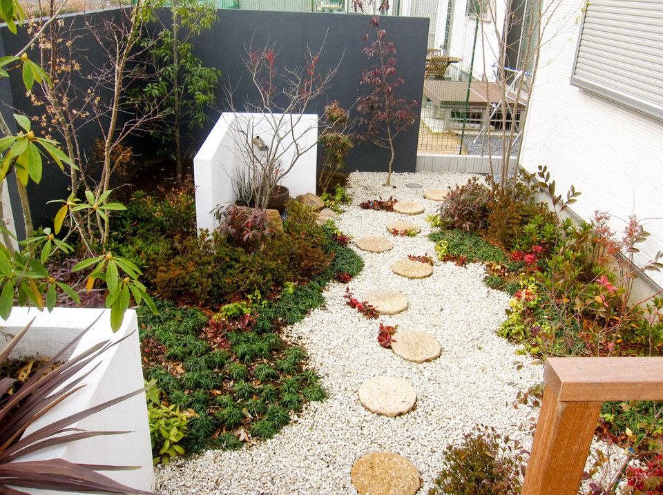 和の植栽を取り入れたシンプルモダンな庭