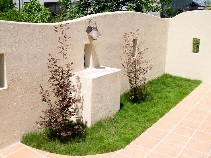 フォーカルポイントに花台とアンティーク調のガーデンライト