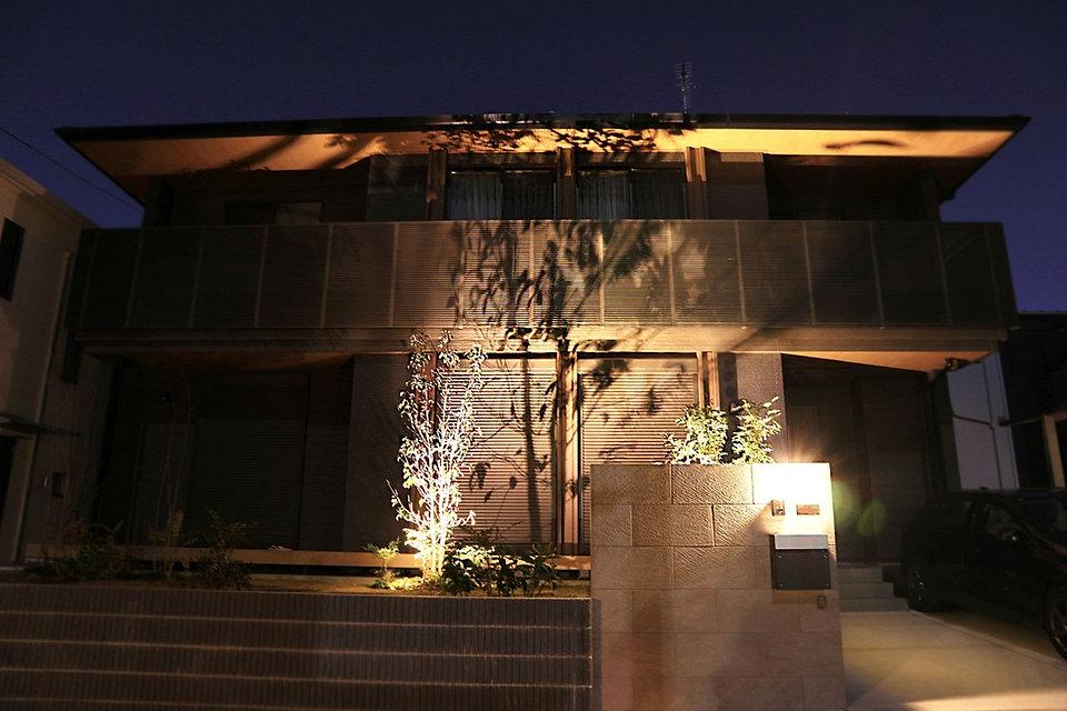 植栽の影をスタイリッシュモダンな外壁に写し込み、カッコいい住宅を更に引き立てるモダン外構 <千葉市 O様邸>