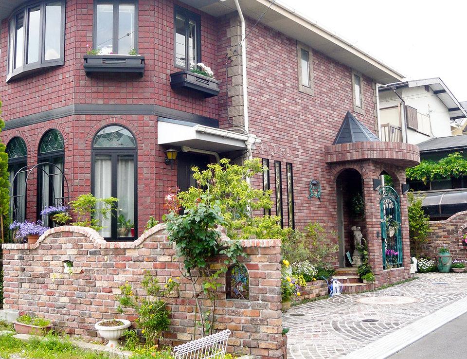 ヨーロッパの石畳をイメージしたモザイクタイルとピンコロ敷き <船橋市 N様邸>