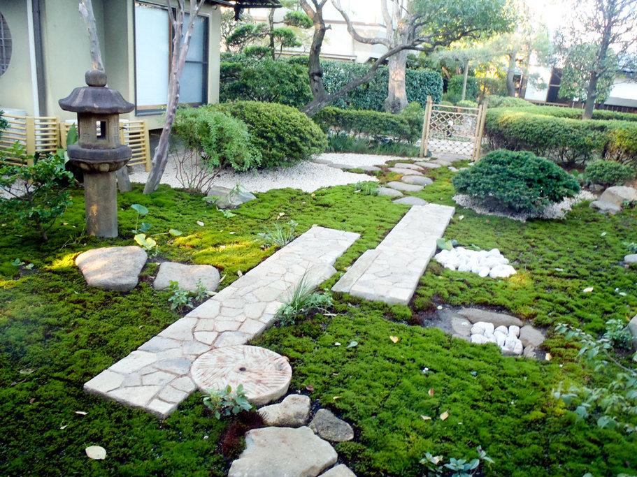 庭の景色に変化をあたえる延段