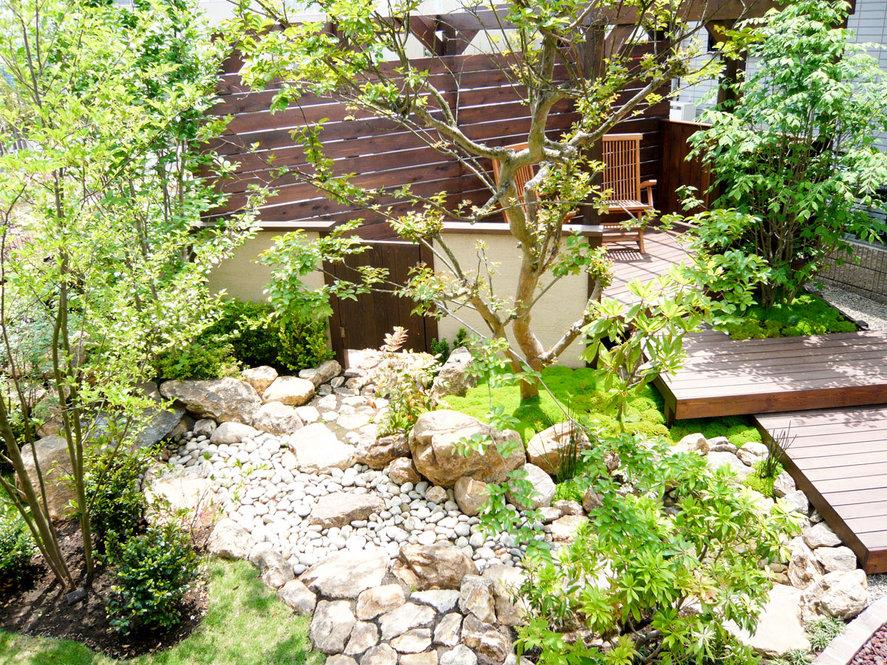 砂利敷きの空き地に雑木と小川の流れをつくり、くつろぎの空間を演出 <松戸市 H様邸>