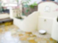 立水栓と壁が一体となった洋風テラス