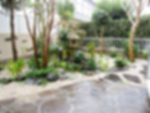 鉄平石の和庭 独特な茶褐色の色合いが落ち着いた雰囲気を演出