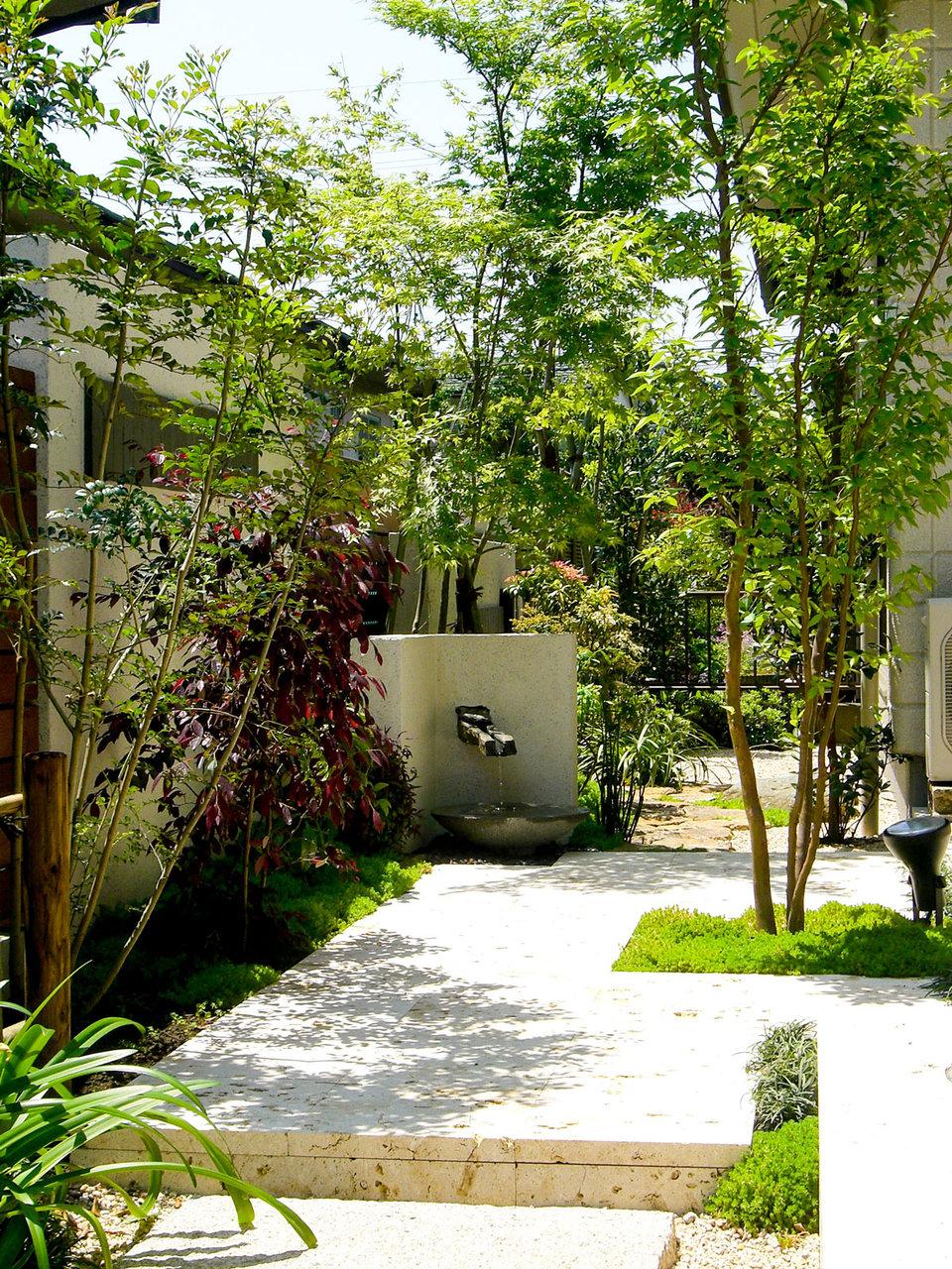 テラスに琉球石灰石を使い、すべてに自然素材を使用した和モダンのやさしい庭 <習志野市 K様邸>