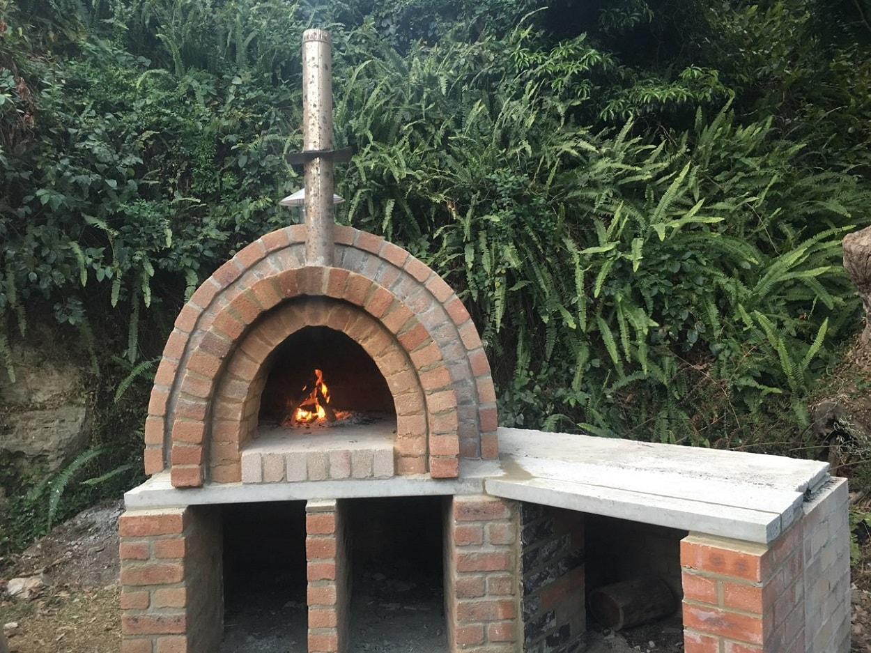 Backyard pizza oven by Tomakin bricklaye