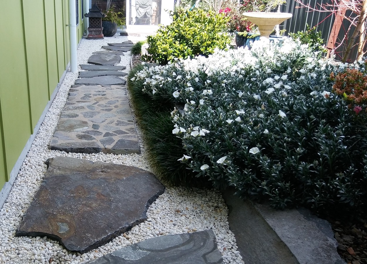 Backyard paving stones stonework in Brou