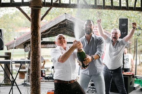 Брызги шампанского и гости на свадьбе