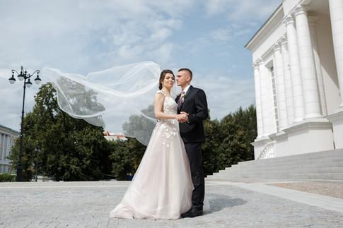 Ветер развивает фату невесты