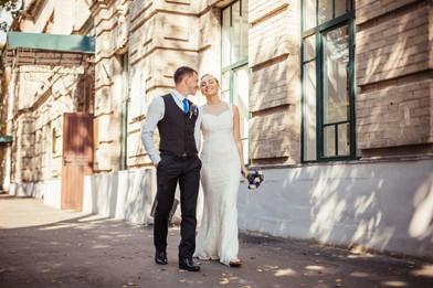 Прогулка жениха и невесты жарким летним днем