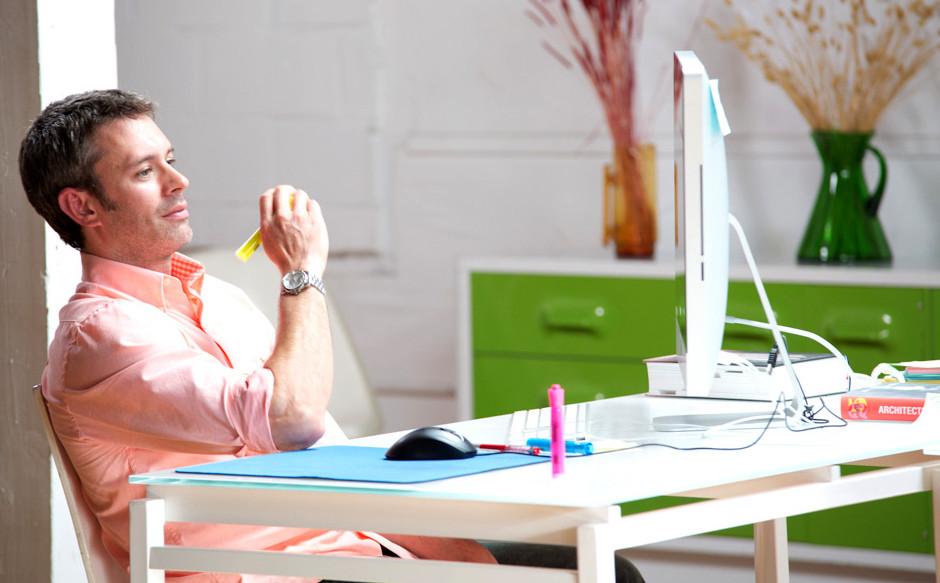 Mann am Schreibtisch Denken