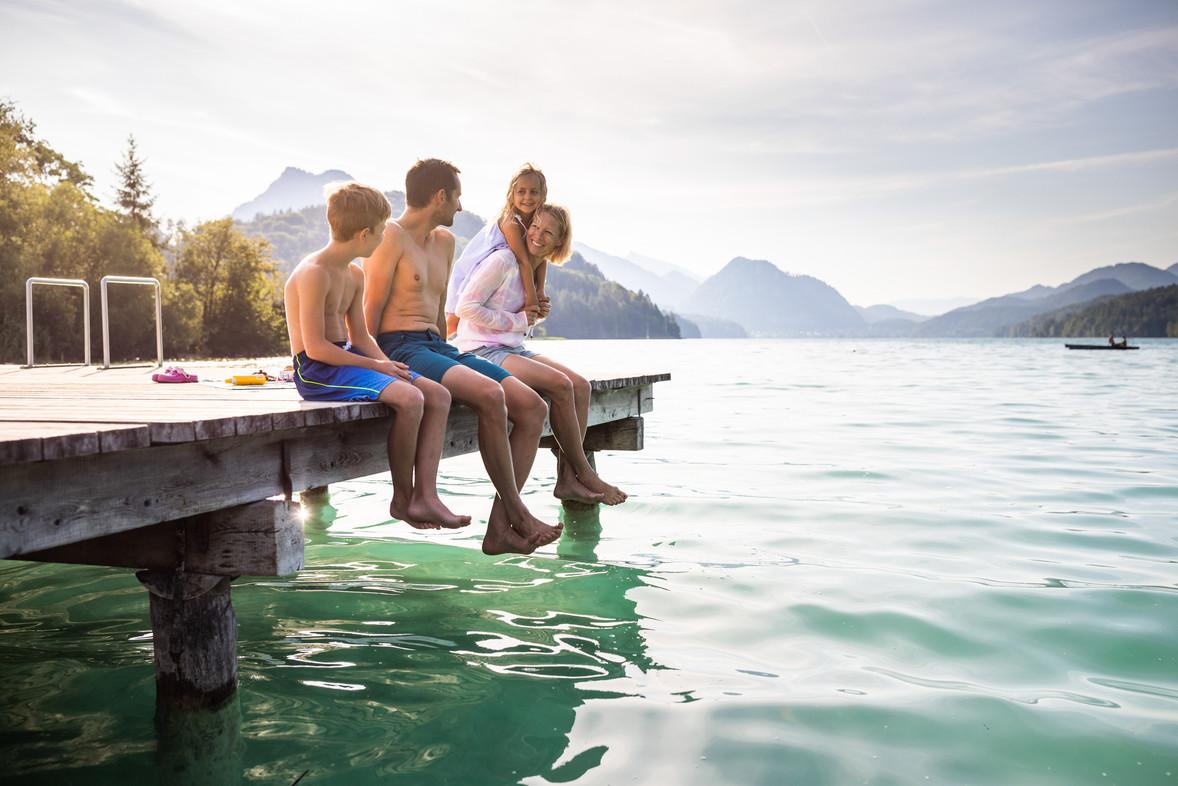 Familie sitz am Hofer Badesteg (c)Fuschl